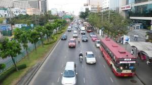Rachadiphisek Road. Het verkeer kan aardig doorstromen, want de spits moet nog beginnen.