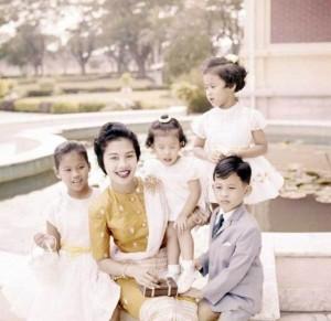 Sirikit met gezin