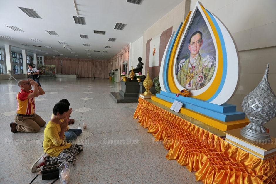 Siriraj ziekenhuis bidden voor de koning 2