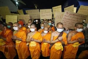 Wat Phra Dammakaya Monniken protesteren tegen politie-operatie.