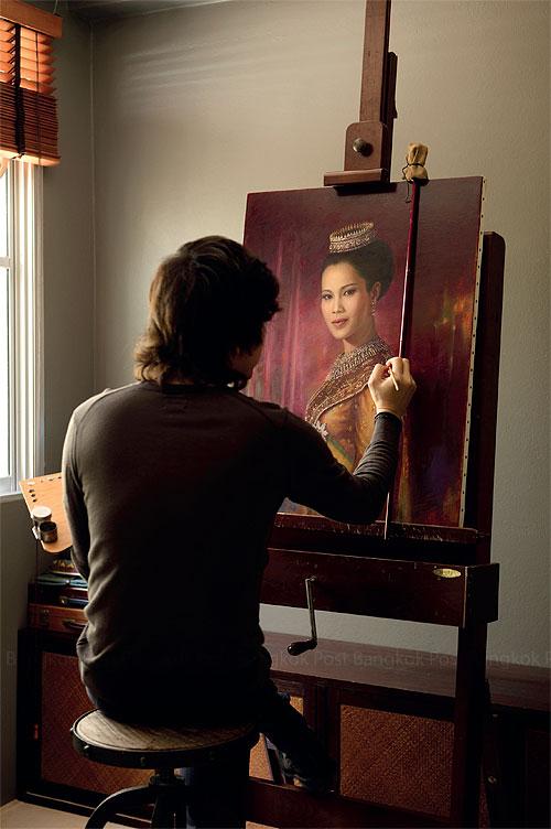 Chusit Wijarnjoragij  werkt aan een portret van koningin Sirikit