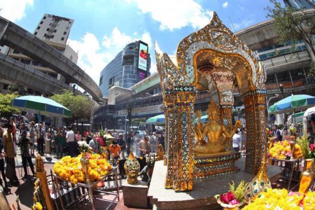 Erawan Shrine trekt nog steeds bezoekers (Foto Prakit Chantawong)