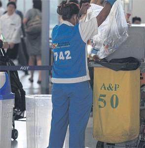 Afval Suvarnabhumi schoonmaakster