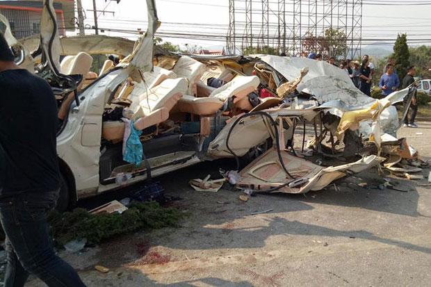 Botsing in Chiang Rai tussen busje en een cementwagen