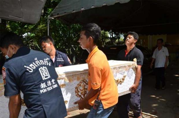 Het lichaam van Thawatchai op weg naar het mortuarium van het ziekenhuis