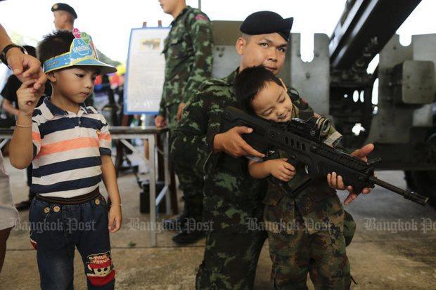 Jongen in camouflagepak met geweer