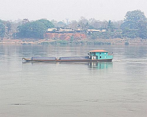 Mekong Volgeladen vrachtschip op weg naar China