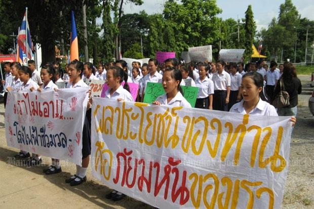 Protest van 200 leerlingen tegen biomassa centrale tegenover school
