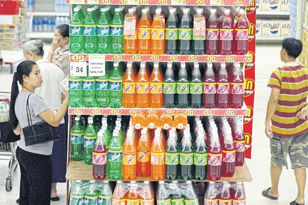Schap met softdrinks in supermarkt