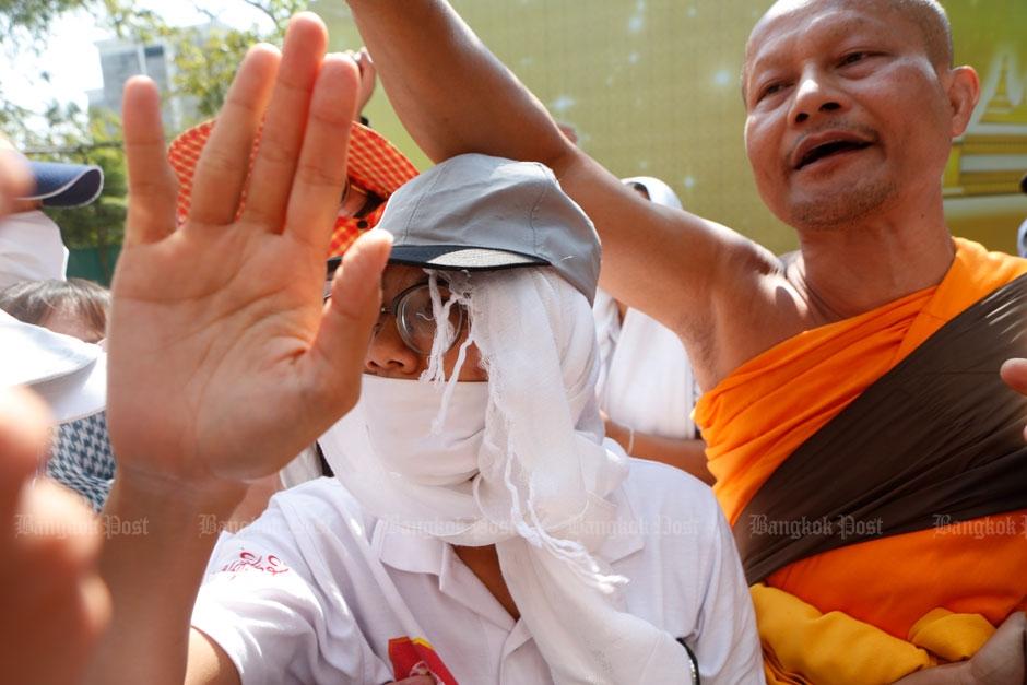 Wat Phra Dhammakaya Monnik en volgeling proberen politie tegen te houden bij gate 1