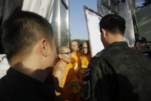 Wat Phra Dhammakaya monniken in gesprek met DSI agenten