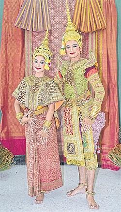 Phra Ram en Sita in een costuum van goudbrokaat