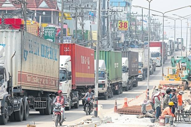 Verkeer bij de grenspost Sadao in Songkhla