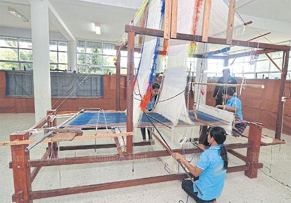 Weefgetouw waarop Muang Nakhon brokaat wordt geweven