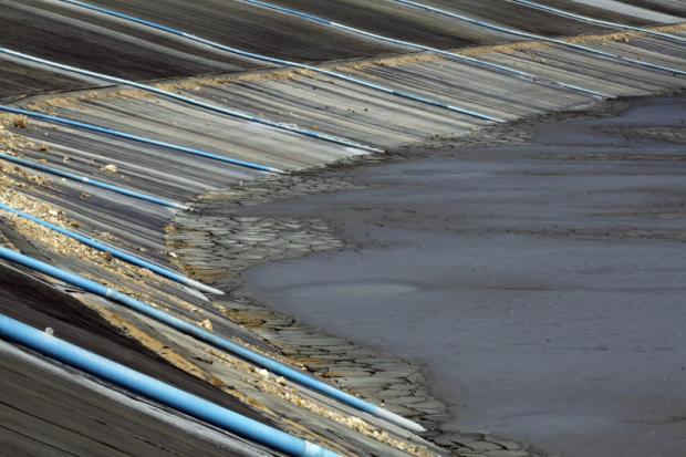 Akara Gangue wordt in een vijver gepompt waar chemische componenten door het zonlicht worden vernietigd