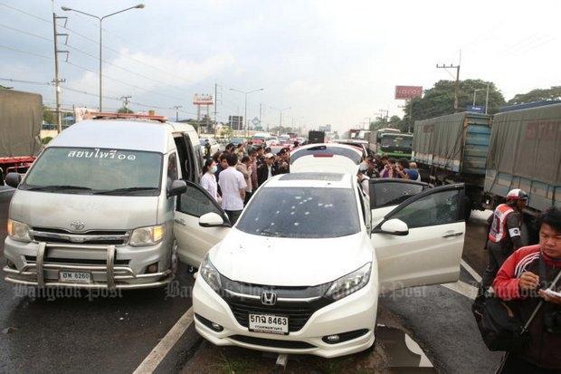 Auto bezaaid met kogelgaten na een vuurgevecht in Saraburi