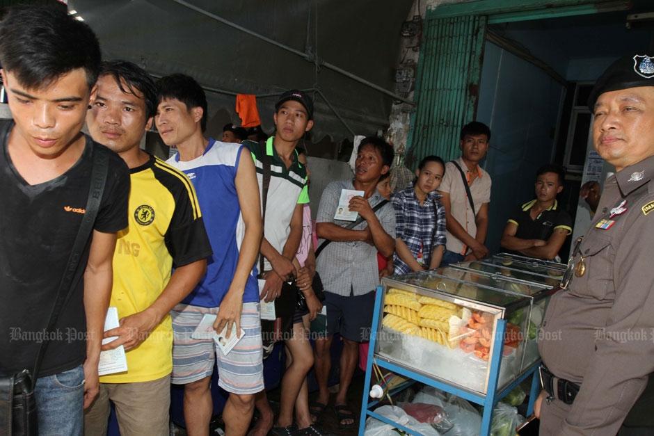 Illegale fruitverkopers op Klong Toey markt