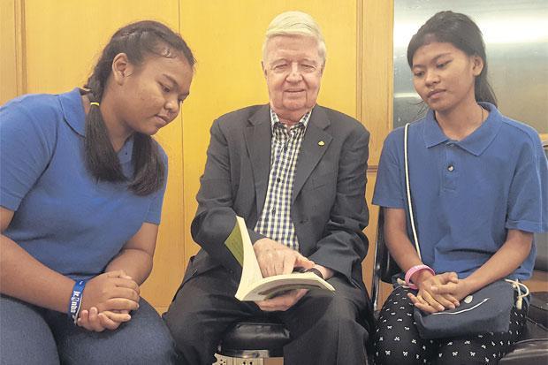 Robert Bruce Wilson, Sithicha (rechts) en Krongkarn