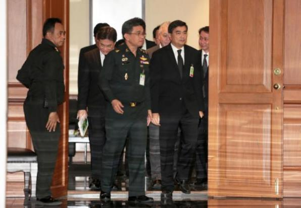 Abhisit arriveert bij verzoeningscommissie