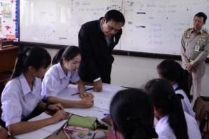 Prayut bezoekt school in Si Sa Ket