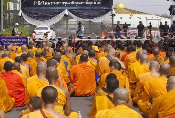 Wat Dhammakaya 300 monniken voor Gate 7