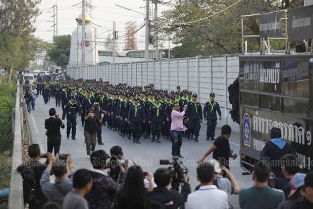 Wat Phra Dammakaya Hulptroepen in aantocht