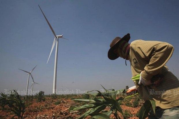 Windmolenpark met boer in de voorgrond