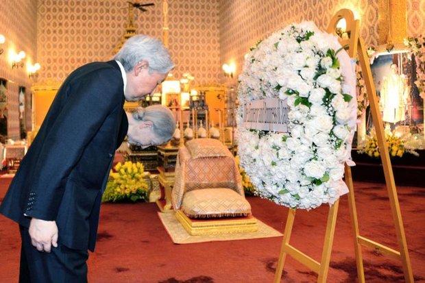 Het Japanse keizerpaar bewijst wijlen koning Bhumibol de laatste eer
