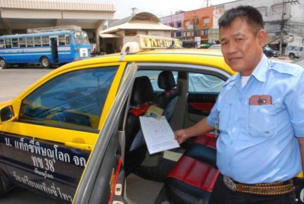 Taxichauffeur in Phitsanulok toont nieuw prijslijstje
