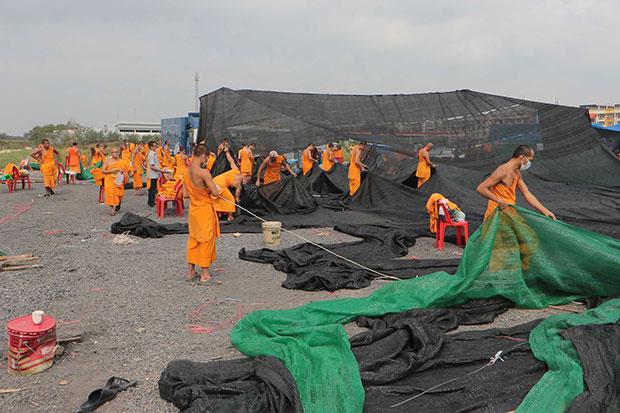 Wart Phra Dhammakaya Monniken breken tenten af