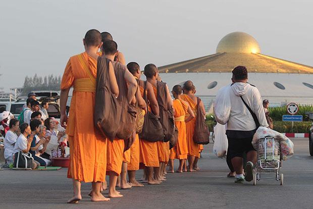 Wat Phra Dhammakaya Monniken keren terug