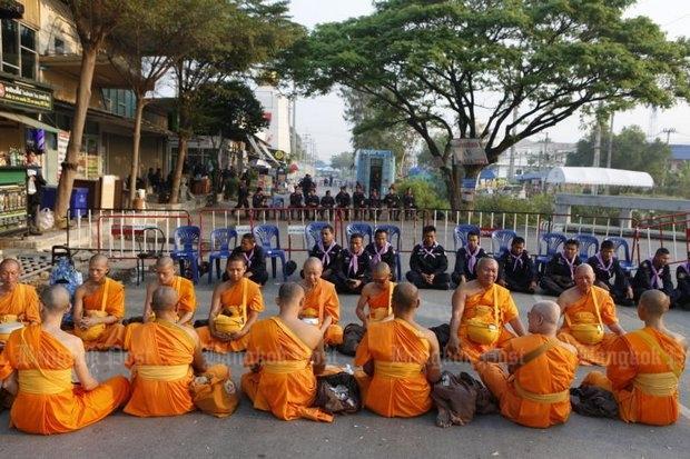 Wat Phra Dhammakaya Ontbijt op de grond