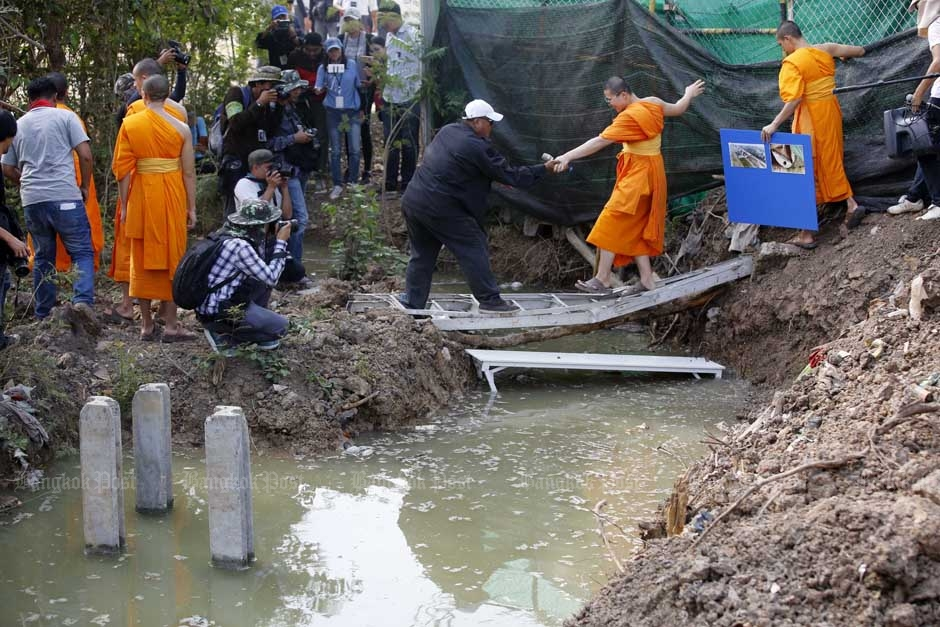 Wat Phra Dhammakaya Vraagtekens over gracht