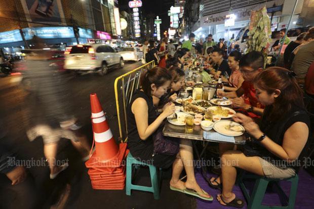 Aan de maaltijd op Yaowarat Road