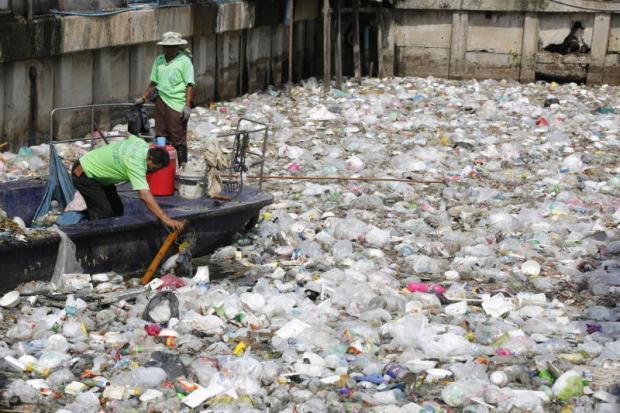 Afval in een kanaal in Klong Toey