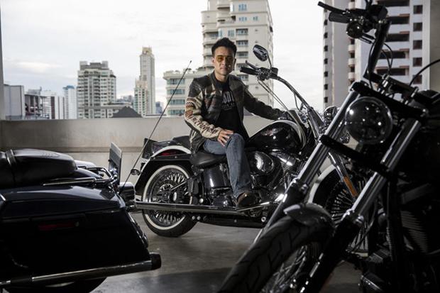 Akaravech Chotinaruemol op zijn Harley