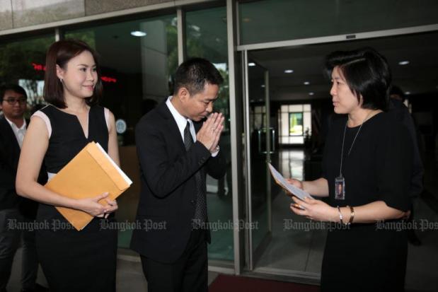 Eakpant Pindavanija overhandigt brief van Jatupat's ouders