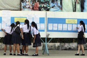 Eerstejaars controleren hun cijfer voor het toelatingsexamen