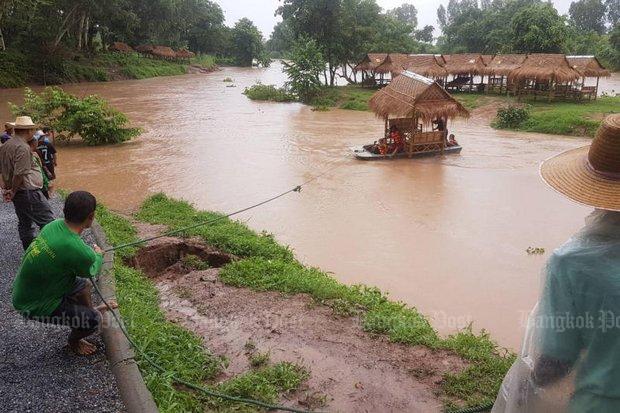 Strohut van een restaurant om de Kwai Noi rivier