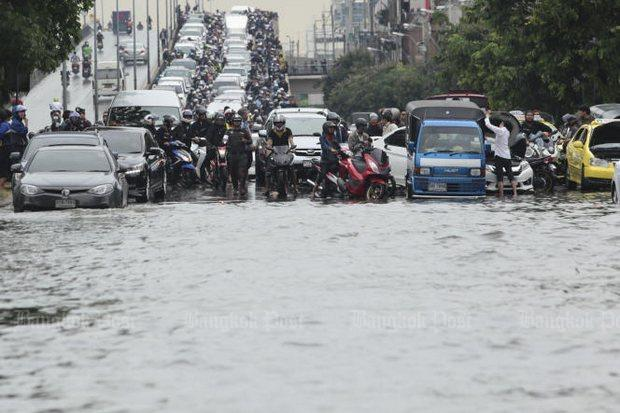 Wateroverlast aan het eind van de Ratchada-Lat Phrao flyover