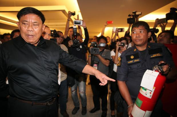 Brandveiligheids inspectie, links BKK gouverneur Aswin Kwanmuang