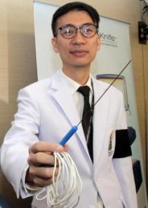 Een arts van het Siriraj ziekenhuis toont het nano mes