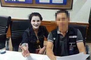 Preeyanuch en ambtenaar bij Immigration Mae Sai