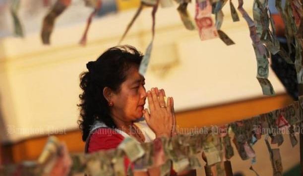 Vrouw in gebed verzonken