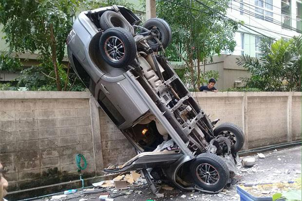 Auto valt van derde verdieping parkeergrage Rama IV