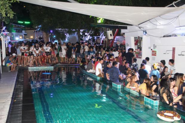 Feestvierders op een illegale party in Pattaya