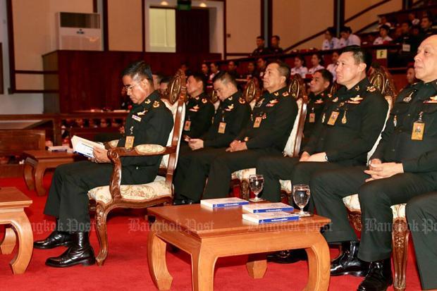 Leger talkshow, links commandant Chalermchai