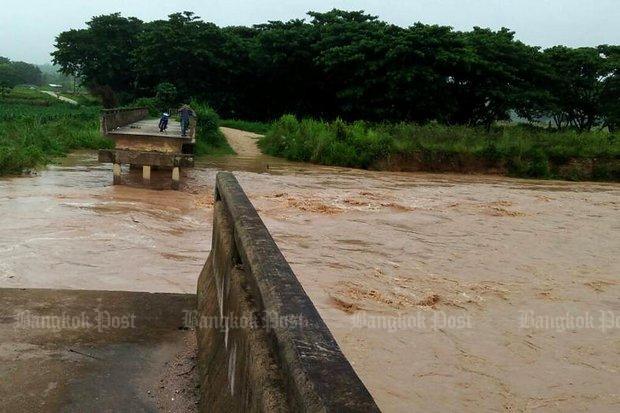 Overstromingen Brug weggeslagen in Lampang