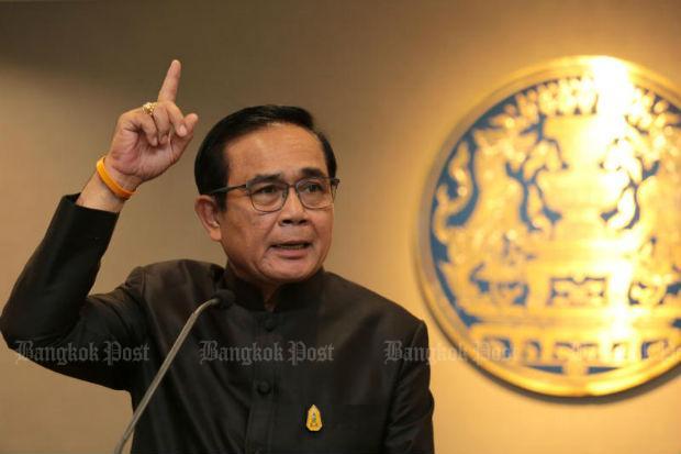 Prayut met opgeheven hand