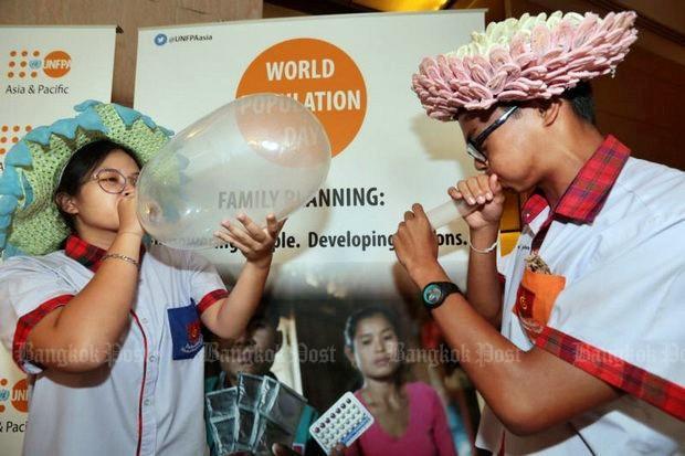 Promotie condoomgebruik door leerlingen van de Mechai Pattana school